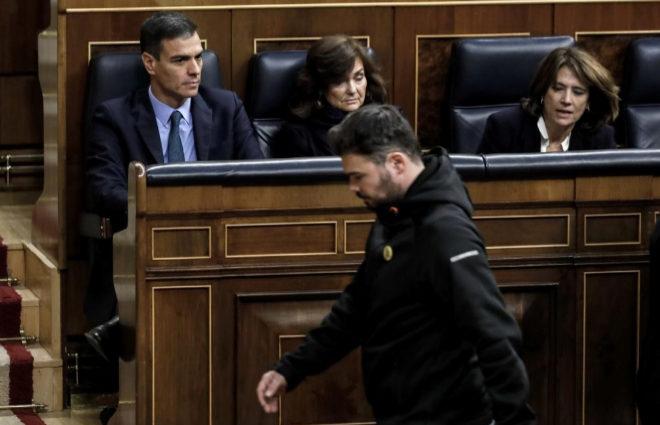Gabriel Rufián (ERC) pasa frente a Pedro Sánchez.