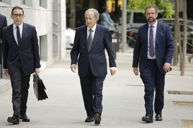 Juan Miguel Villar Mir (centro), a su llegada a la Audiencia Nacional.