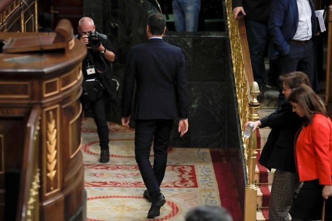 El presidente del Gobierno, Pedro Sánchez, se marcha del Pleno tras rechazarse los Presupuestos.