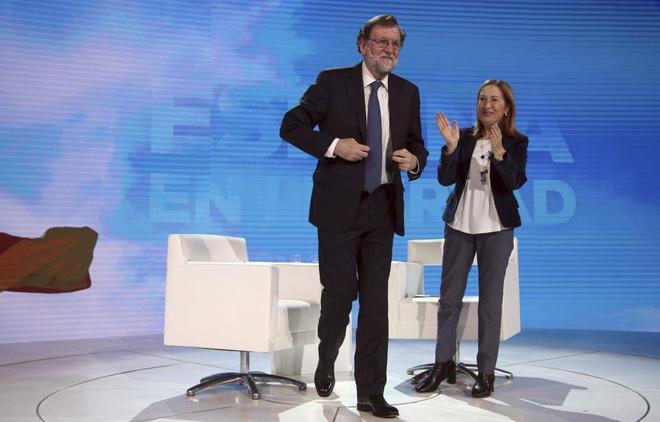 Mariano Rajoy, aplaudido por Ana Pastor en el Congreso del PP celebrado en enero.