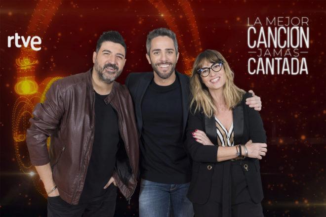 Tony Aguilar, Roberto Leal (centro) y Noemí Galera.