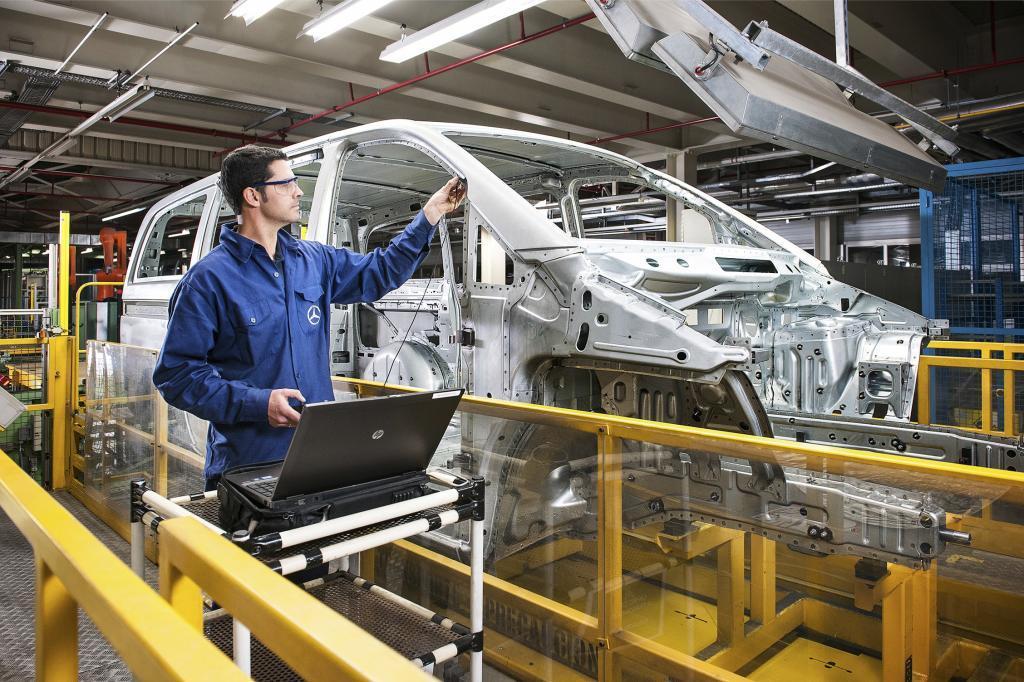 Un trabajador en la cadena de montaje de la factoría de Mercedes en Vitoria.
