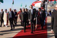 El Rey Felipe VI, a su llegada al aeropuerto de Rabat, donde fue recibido por Mohamed VI, para iniciar su visita de Estado a Marruecos.