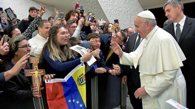 El Papa Francisco saluda a un grupo con banderas de Venezuela, en El Vaticano.