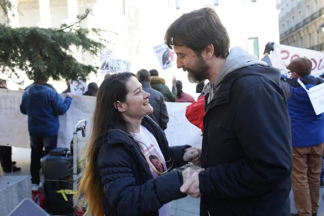 Ruth Mélida, el pasado martes frente al Congreso con el diputado de Podemos Rafa mayoral.