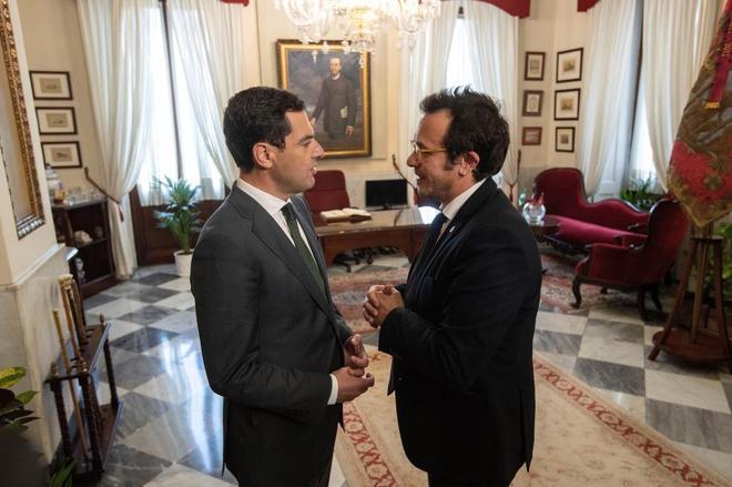 El presidente de la Junta y el alcalde de Cádiz, durante su encuentro en el Ayuntamiento.