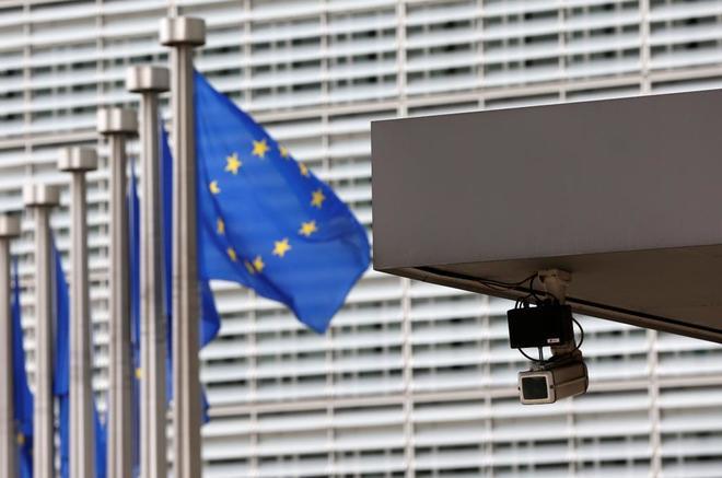 Banderas europeas a la entrada del edificio de la Comisión, en Bruselas.