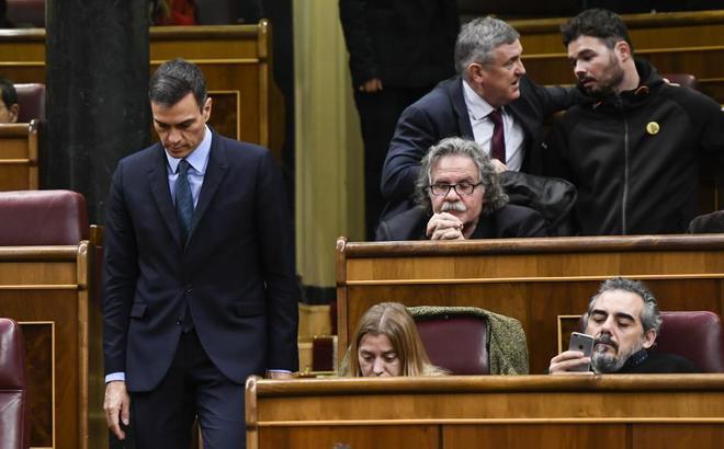 El presidente del Gobierno, Pedro Sánchez, pasa ante la bancada de...