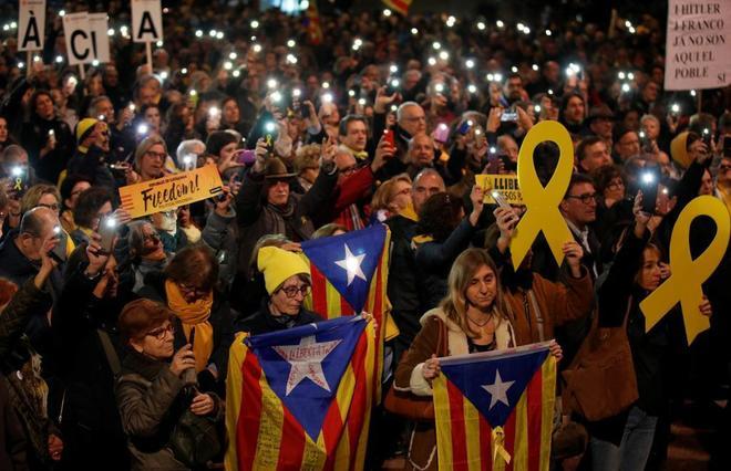 Un grupo de independentistas se manifiesta en Barcelona en favor de los políticos presos.