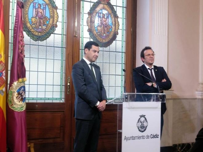 El presidente de la Junta de Andalucía, Juanma Moreno, visitó ayer el Ayuntamiento de Cádiz donde fue recibido por su alcalde, José María González (Podemos).