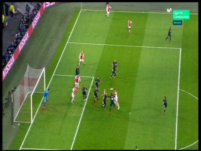 De Ligt cabecea en el punto de penalti, con Tagliafico y Tadic delante de Courtois. Bale habilita la posición de ambos jugadores.