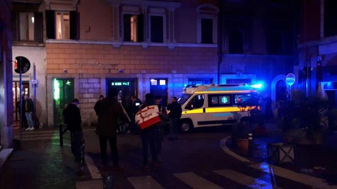 Oficiales de policía y personal médico acuden al lugar donde se produjo la pelea.