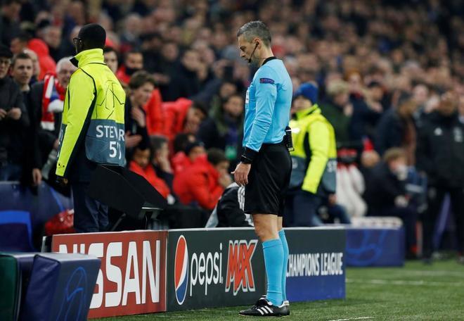 46e605a320475 Skomina presencia la imagen del primer gol del Ajax en la pantalla. EVA  PLEVIER REUTERS