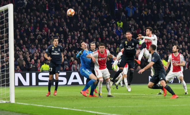Momento en el que Tagliafico remata a gol mientras Tadic obstruye a Courtois.
