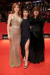 Las actrices posaron con la directora en la alfombra roja, cada una...