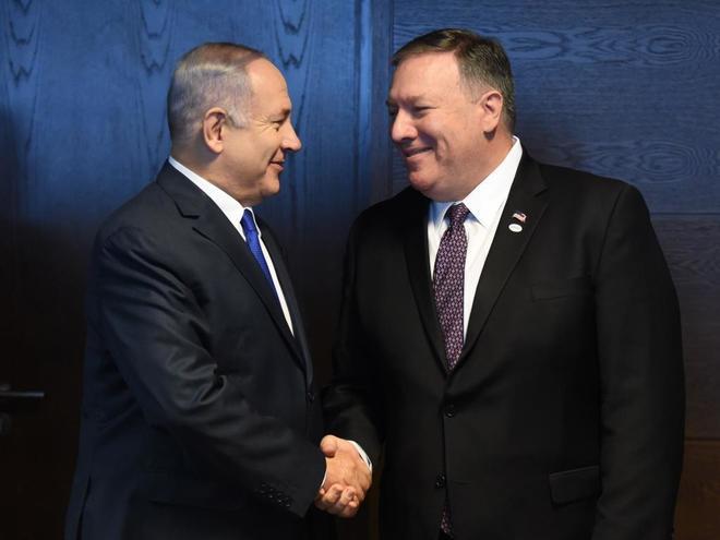 El primer ministro israelí, Benjamin Netanyahu, estrecha la mano del secretario de Estado de EEUU, Mike Pompeo, en Varsovia.