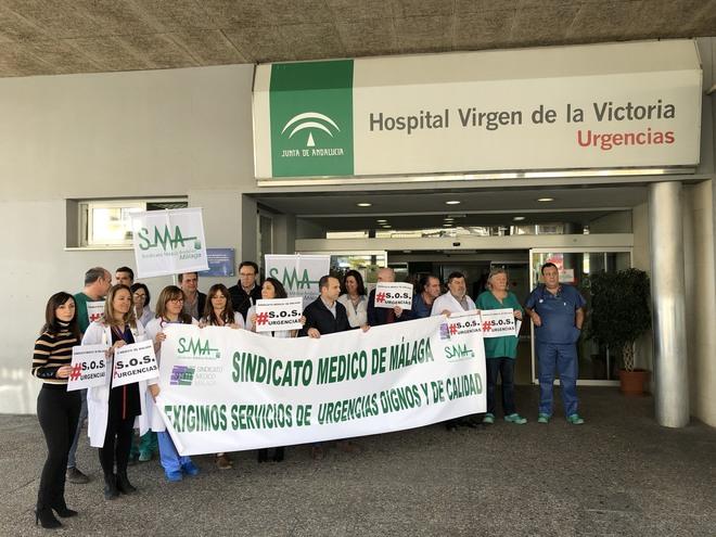 Protesta en la puerta de Urgencias del Hospital Virgen de la Victoria (Clínico) de Málaga por la saturación de pacientes.