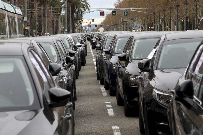 Coches VTC estacionados en la Diagonal en protesta por el acuerdo...