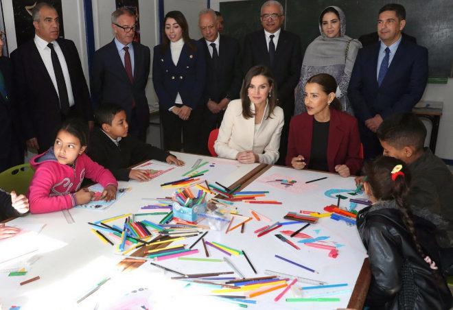 Letizia ejerce de Reina en Rabat visitando a niños en dificultades