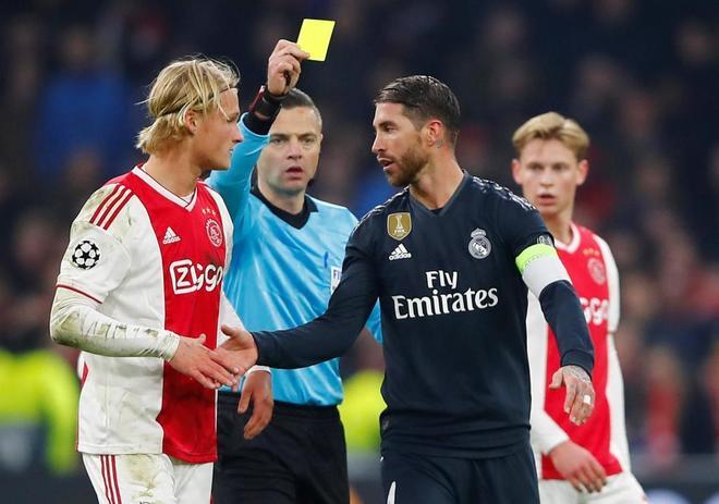 Skomina muestra una cartulina amarilla a Sergio Ramos.