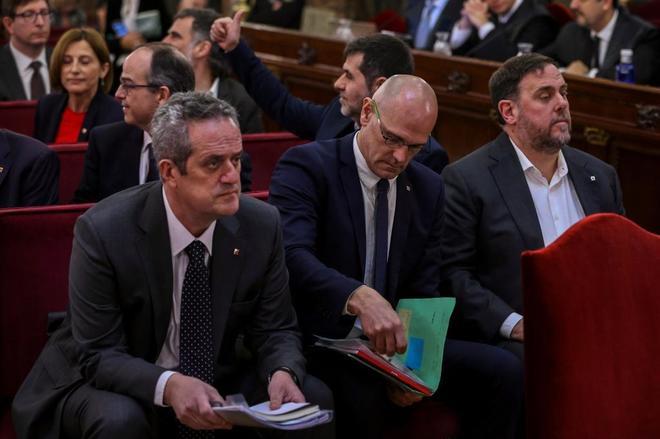Joaquim Forn, Raül Romeva y Oriol Junqueras, en la primera fila de la...