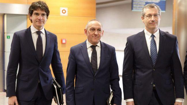 Los diputados generales Rementería, González y Olano antes de la reunión del Consejo Vasco de Finanzas en Vitoria.