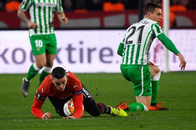 Ben Arfa cae ante Lo Celso, en el Rennes-Betis.