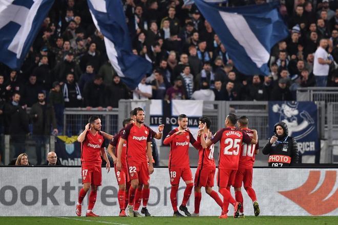 Los jugadores del Sevilla celebran el gol de la victoria ante el Lazio.