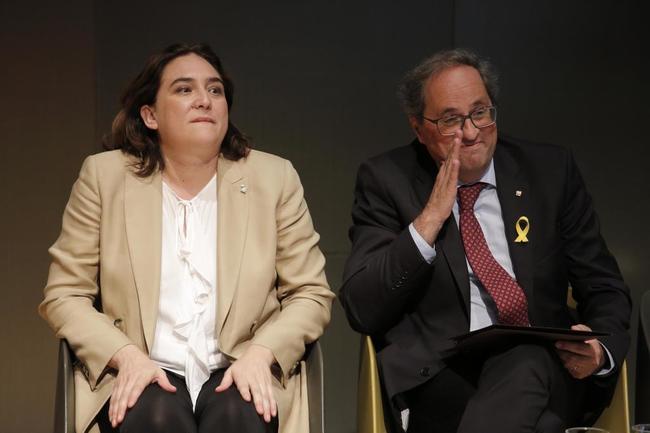 La acaldesa de Barcelona, Ada Colau, junto al presidente de la...