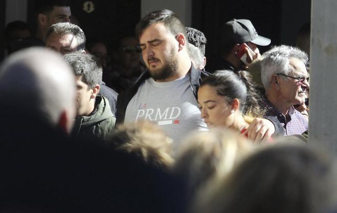 Los padres de Julen, José Roselló y Vicky, a su llegada al tanatorio, donde se encuentra el cuerpo sin vida del niño que se cayó a un pozo de Totalán, Málaga.