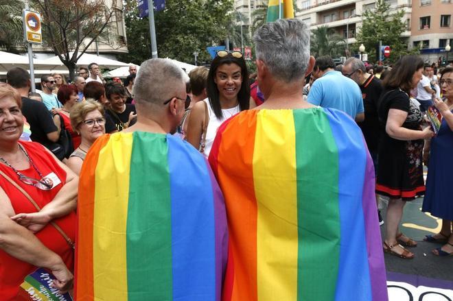 Dos participantes en el Orgull Alacant 2017 con banderas LGTBI