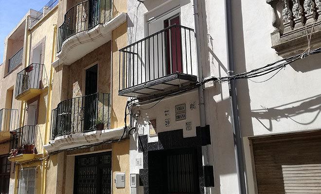 La vivienda, singular, de 1880, tiene tres plantas y está reformada y pintada.