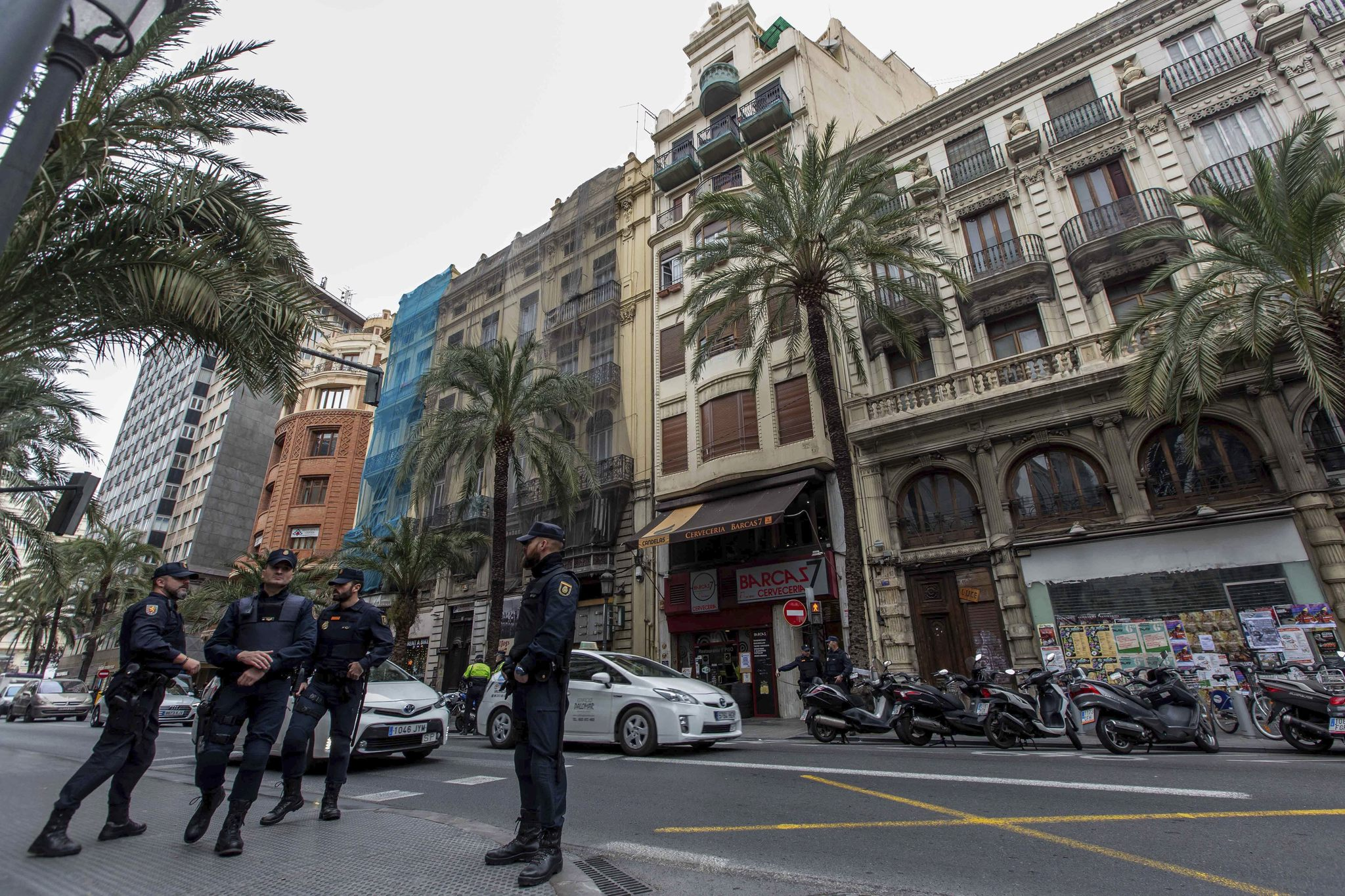 Dotaciones policiales y de bomberos frente al número 7 de la calle de las Barcas.