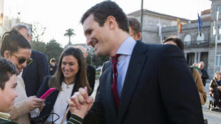 El líder del PP, Pablo Casado, saluda a un niño este jueves en...