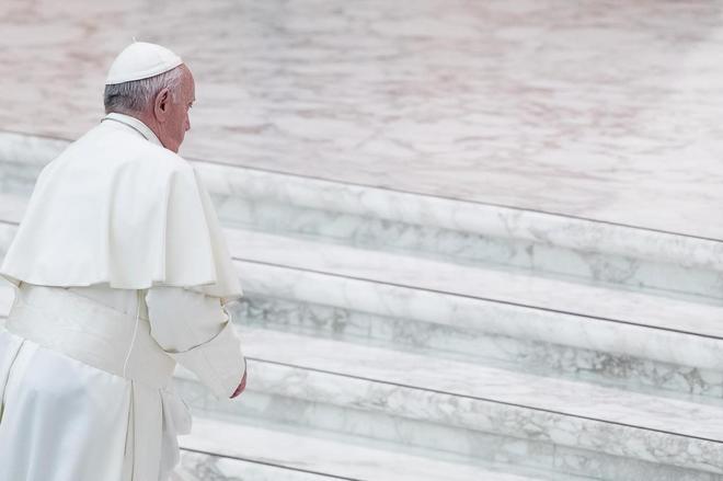 El papa Francisco llega a la audiencia general semanal este miércoles en el Vaticano.