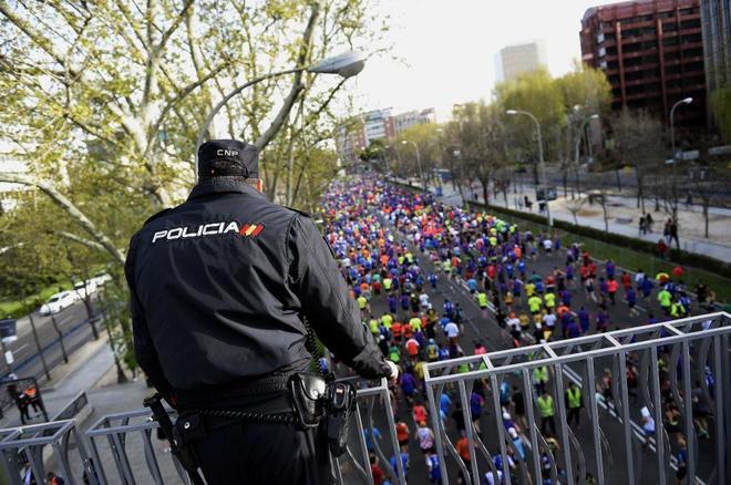 Un policía vigila el EDP Rock 'n' Roll Madrid Maratón.