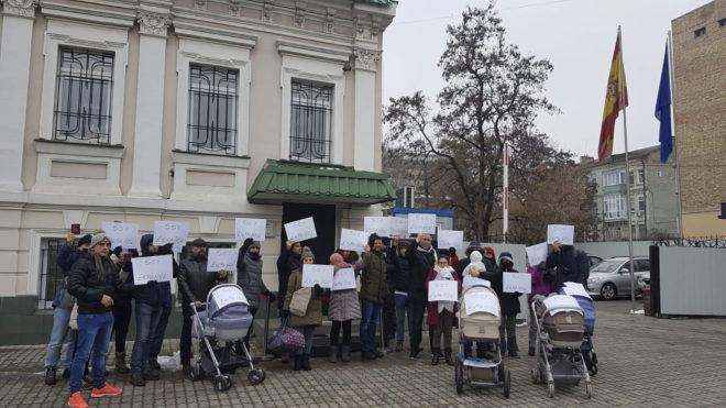 Protesta de padres con sus hijos frente a la embajada española en Kiev (Ucrania).