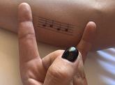 Lady Gaga bebe demasiado y comete un error al hacerse un tatuaje
