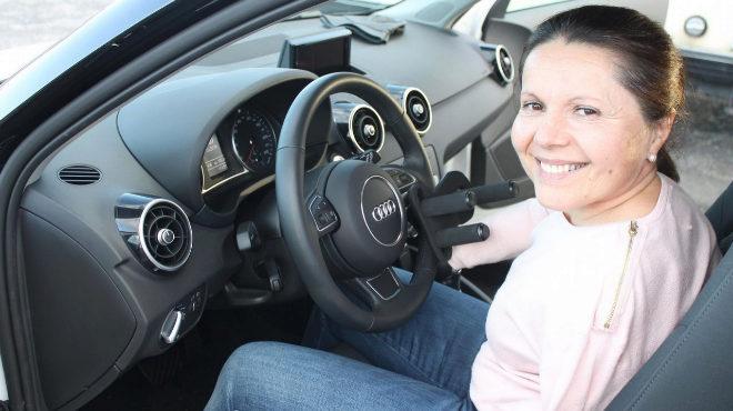 Celia Regueira, en su Audi A1 adaptado con el que se sacó el carné