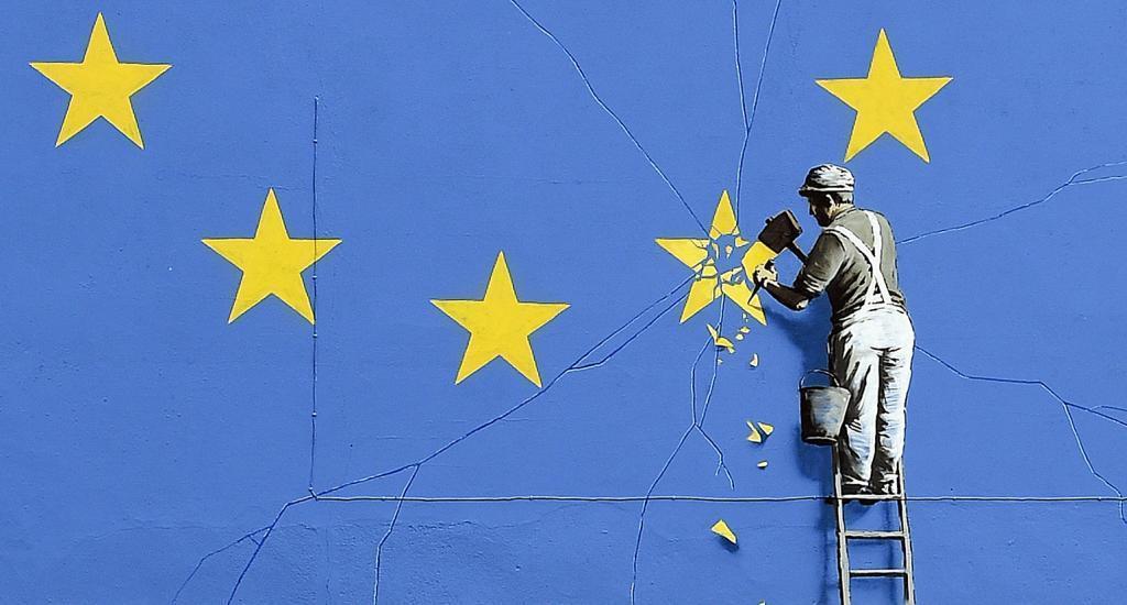 Mural atribuido al artista Bansky sobre la salida de Reino Unido de la UE en Dover, Reino Unido.