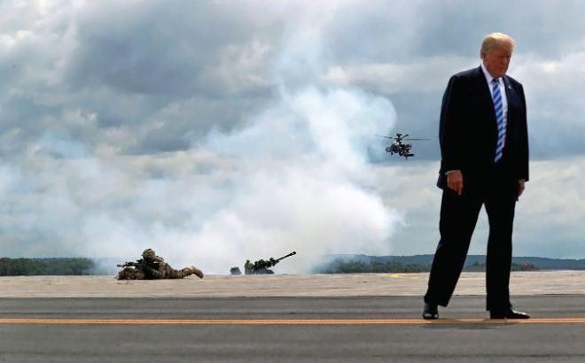 El presidente de EEUU, Donald Trump, contempla unas maniobras militares.