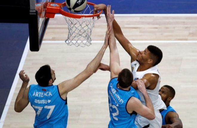 Tavares machaca el aro ante la oposición de Arteaga y Caner-Medley.