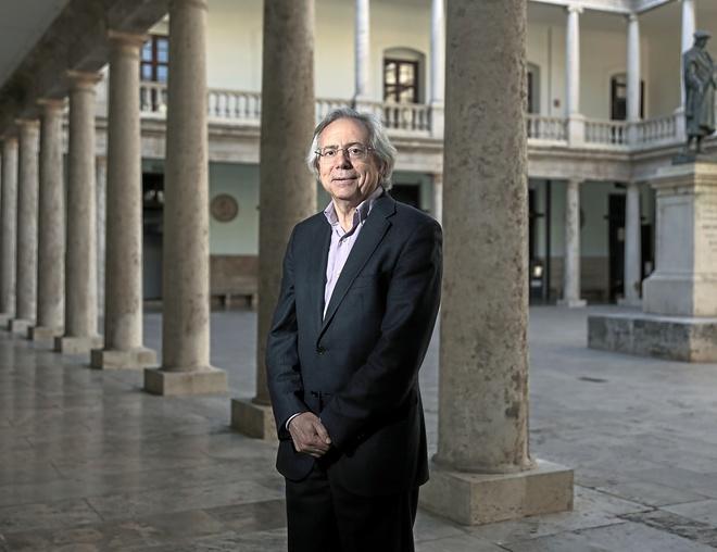 Antonio Ariño es troba enmig del claustre on La Nau té el seu espai, el lloc on va nàixer l'Estudi General de la Universitat de València fa més de cinc-cents anys.