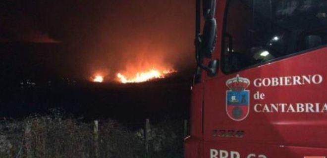 Bomberos forestales trabajan en la extinción de un incendio en Cantabria.