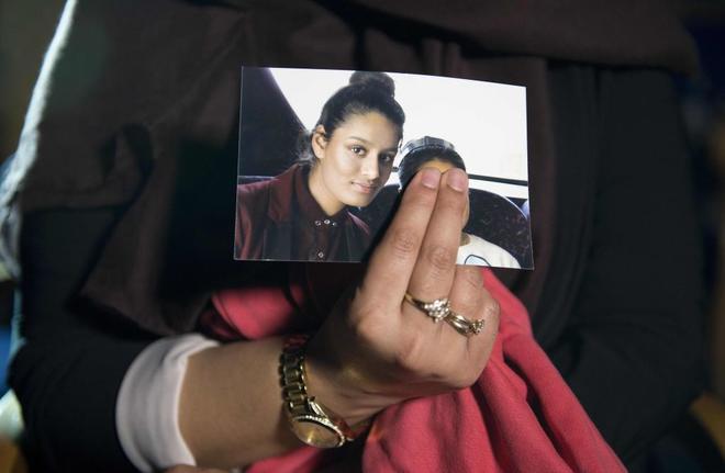 La hermana mayor de Shamima Begum muestra una foto de la joven que...