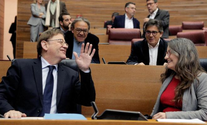 El presidente de la Generalitat, XimoPuig, y la vicepresidenta Mónica Oltra charlan con Manolo Mata y Alfred Boix.