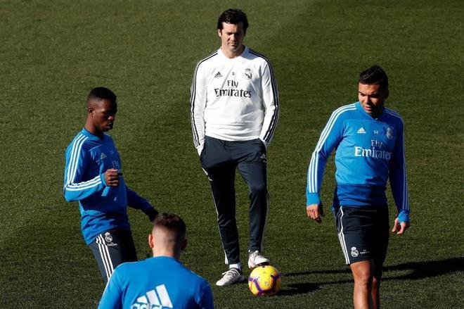 Solari, con Vinicius y Casemiro, durante el entrenamiento del Real Madrid.