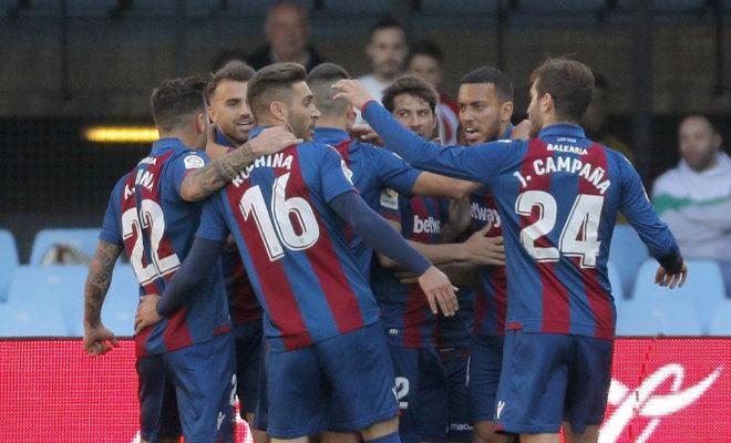 Los jugadores del Levante celebran el primer gol, conseguido por José Luis Morales ante el Celta de Vigo en Balaídos.