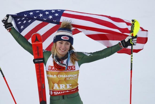 Mikaela Shiffrin, con la bandera de Estados Unidos tras la victoria en el eslalon.