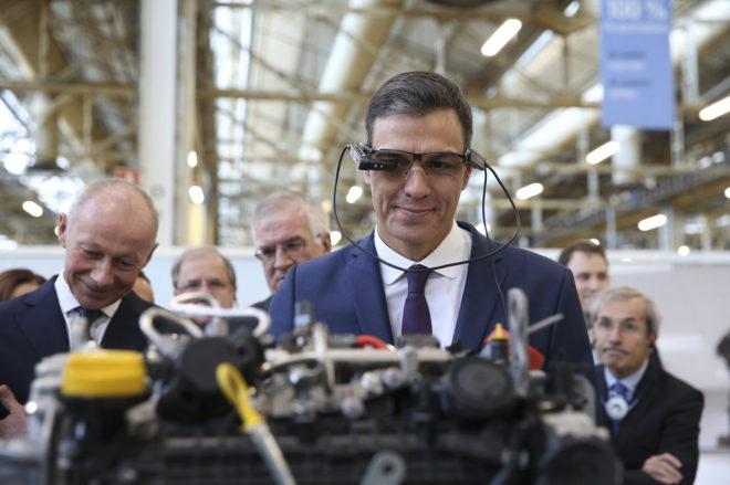 El presidente del Gobierno, Pedro Sánchez, durante una visita reciente a la fábrica de Renault en Valladolidad.